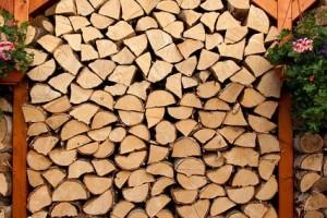 gleiche scheitl ngen beim brennholz schneiden spart platz. Black Bedroom Furniture Sets. Home Design Ideas