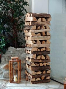 Sichtschutz aus Brennholz