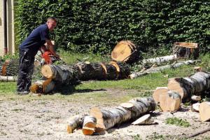 Forstarbeiter ohne Schnittschutzhose
